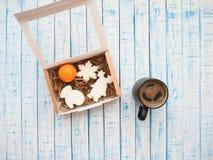 Lebkuchen in der Verpackung und Kaffee auf einer alten Tabelle in der französischen Art stockfotos