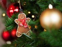 Lebkuchen, der am Weihnachtsbaum hängt Stockbild