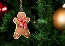 Lebkuchen, der am Weihnachtsbaum hängt Lizenzfreie Stockfotografie