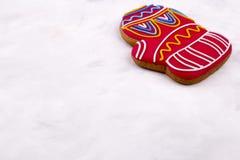 Lebkuchen in Form von rotem Handschuh Lizenzfreie Stockfotos