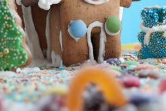 Lebkuchen-Haus getrennt auf Blau Stockfoto