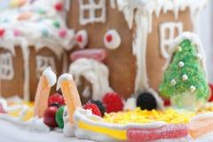 Lebkuchen-Haus getrennt auf Weiß Stockbilder
