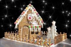 Lebkuchen-Haus mit Lebkuchen-Männern Lizenzfreie Stockfotos