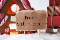 Lebkuchen-Haus mit Schlitten, Frohe Weihnachten bedeutet frohe Weihnachten Lizenzfreie Stockfotografie