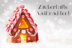Lebkuchen-Haus, silberner Hintergrund, Frohe Weihnachten bedeutet frohe Weihnachten Stockfotografie