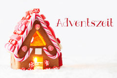Lebkuchen-Haus, weißer Hintergrund, Adventszeit bedeutet Advent Season Lizenzfreies Stockfoto