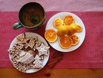 Lebkuchen, Kerzen und eine Teeschale Lizenzfreie Stockfotos