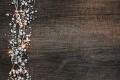 Lebkuchen-Mann über Holz lizenzfreie stockbilder