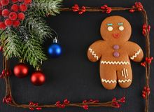 Lebkuchen-Mann, der auf dunklem Hintergrund liegt Weihnachten oder Zusammensetzung des neuen Jahres Sankt Klaus, Himmel, Frost, B Stockfotografie