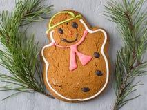 Lebkuchen-Mann-Weihnachtsfeiertags-Hintergrund mit Dekorationen kopieren Raum Lizenzfreie Stockbilder