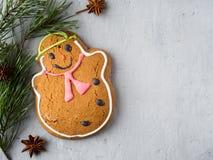 Lebkuchen-Mann-Weihnachtsfeiertags-Hintergrund mit Dekorationen kopieren Raum Stockfotos