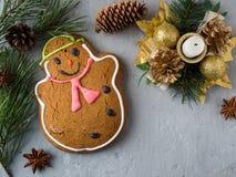 Lebkuchen-Mann-Weihnachtsfeiertags-Hintergrund mit Dekorationen kopieren Raum Stockbild
