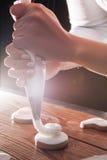 Lebkuchen mit Sahne verziert vom Chef stockfotografie