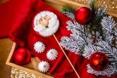 Lebkuchen Sankt auf einem Stock auf dem Frühstückstische mit Tannenzweigen und rotem Ball auf einem Hintergrund, Draufsicht Feier stockfoto