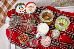 Lebkuchen-Schneemann und Sankt auf einem Stock auf dem Frühstückstische im Schlafzimmer Feiertagsbonbons Neues Jahr und Weihnacht lizenzfreies stockbild