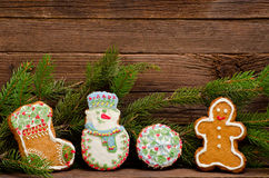 Lebkuchen: Socke, Schneemann, Mann und Ball, Fichtenzweig auf einem Hintergrund einer hölzernen Wand Stockbild