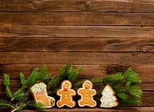 Lebkuchen: Socke, Weihnachtsbaum, Lebkuchenmänner Pelz-Baumniederlassung vor dem hintergrund einer hölzernen Wand Lizenzfreies Stockfoto