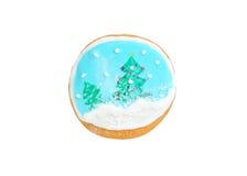 Lebkuchen wie Schneekugel mit den Weihnachtsbäumen und Schneeflocken lokalisiert auf Weiß Lizenzfreie Stockfotografie