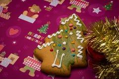 Lebkuchenbaum und -dekorationen der frohen Weihnachten Stockfotografie