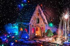 Lebkuchenhaus mit Lichtern Stockbilder