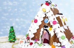 Lebkuchenhaus mit Schnee Stockbilder