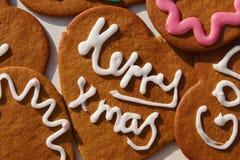 Lebkuchenherzplätzchen mit Weihnachten-Grüßen Stockfoto