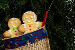 Lebkuchenjungen- und -mädchenkuchen in der Weihnachtssocke Lizenzfreies Stockfoto