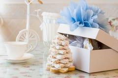 Lebkuchenkiefer nahe weißem Kasten mit neuem Jahr des Bogenknotens Lizenzfreie Stockbilder