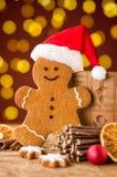 Lebkuchenmann mit Dekorationen eines Hutes und des Weihnachten Stockbilder
