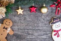 Lebkuchenmann mit Schneemannplätzchen und Tannenbaum Stockfotografie