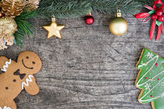 Lebkuchenmann mit Weihnachtsbaumplätzchen und Tannenbaum verzieren Lizenzfreie Stockfotos