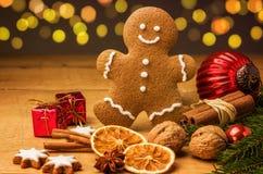 Lebkuchenmann mit Weihnachtsdekorationen Lizenzfreie Stockfotografie