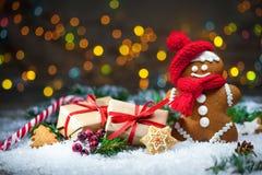 Lebkuchenmann mit Weihnachtsgeschenken Stockbild