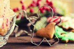 Lebkuchenmann Weihnachts-coockies und -dekoration stockfoto