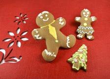 Lebkuchenmannglückliches paar und Weihnachtsbaum Stockfoto