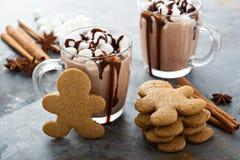 Lebkuchenmannplätzchen und heiße Schokolade stockfotos