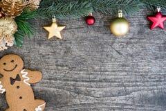 Lebkuchenmannplätzchen- und -weihnachtsbaum verzieren mit Verzierung Stockfotografie