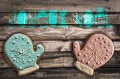 Lebkuchenplätzchen auf hölzernem Hintergrund und Text joyeux noel, das frohe Weihnachten bedeutet Lizenzfreie Stockbilder