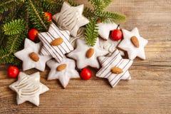 Lebkuchenplätzchen in der Sternform verziert mit Mandeln Stockfotos