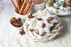 Lebkuchenplätzchen in der Sternform verziert mit Mandeln Lizenzfreies Stockfoto