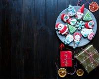 Lebkuchenplätzchen für Weihnachten, neues Jahr auf dem Holztisch Festliches, süßes Gebäck, köstliche Kekse stockbilder