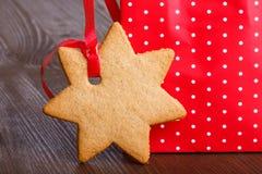 Lebkuchenplätzchen in Form der Sterne im roten Weihnachtspaket Stockfotos