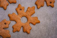 Lebkuchenplätzchen in Form der Sterne und Blätter bereit, an einem Weihnachtsbaum als Teil der Vorbereitungen für Weihnachten zu  stockfotos