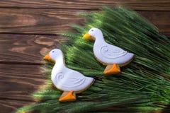 Lebkuchenplätzchen formten Ente auf einem Ohr des Weizenhintergrundes Stockfotos