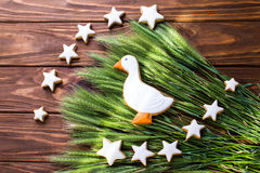 Lebkuchenplätzchen formten Ente und Sterne mit dem Ohr des Weizens auf einem hölzernen Hintergrund Flache Schärfentiefe Stockfoto