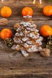 Lebkuchenplätzchen gestapelt als Weihnachtsbaum Lizenzfreies Stockfoto