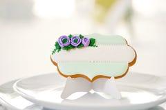 Lebkuchenplätzchen gezuckert mit Glasurblumen und -perlen stockfoto