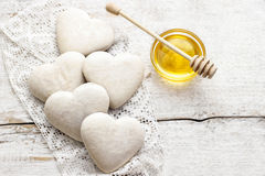 Lebkuchenplätzchen im Herzen formen auf weißen Holztisch Stockfotografie