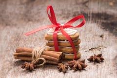 Lebkuchenplätzchen mit Gewürzen auf Holz Lizenzfreie Stockbilder