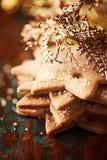 Lebkuchenplätzchen mit goldenem Weihnachtsdekor Stockbild